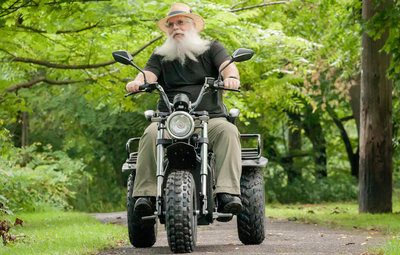 Front View: Man with long white beard test drives the new Daymak Boomerbeast 2.