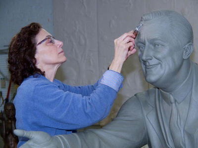 Meredith Bergmann with FDR sculpture