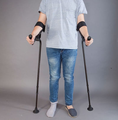 KMINA, the crutch that avoids injuries in hands, wrists and shoulders