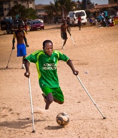 Mohamed Jalloh, midfielder of The Flying Stars amputee soccer team in Freetown, Sierra Leone (photo: Johnny Vong)
