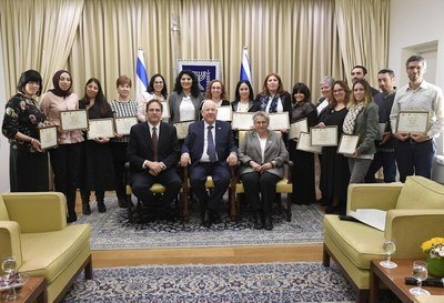 President of Israel Reuven (Rubi)  Rivlin, First Lady Nechama Rivlin and the President and Founder of the Athena Fund, Uri Ben-Ari, with the special education teachers and kindergarten teachers who were awarded certificates of excellence at the ceremony held at the President's Residence (Photo: Mark Neyman/GPO).